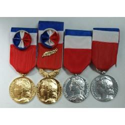 lot de 4 différentes Médailles du travail, lartdesgents.fr